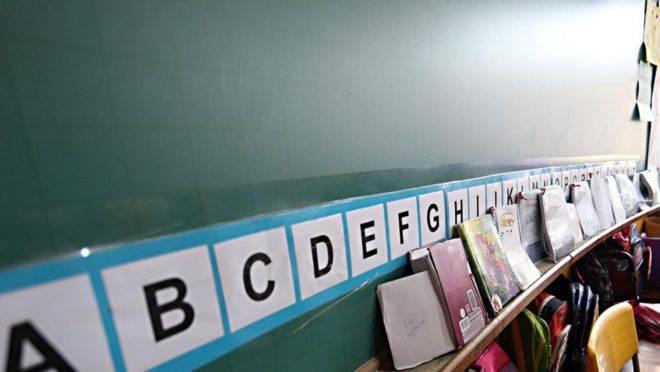 A imagem mostra um quadro-negro com letras: a nova avaliação internacional deverá ser uma das ferramentas adotadas pelo governo para mostrar que o método fônico é mais eficaz para a alfabetização e ensino da leitura se comparado a abordagens construtivistas.