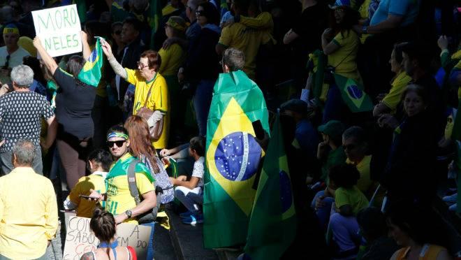 Manifestantes protestam em frente a praça Santos Andrade em apoio ao Governo Bolsonaro; Curitiba (Brasil).