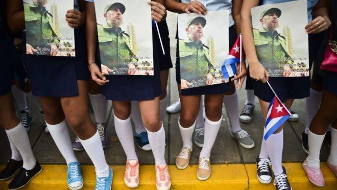 Estudantes em Cuba exibem livro de Fidel Castro, em foto de dezembro de 2016.