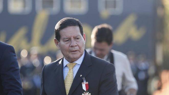 Vice-presidente, Hamilton Mourão, recebeu cubanos e argentinos sem a presença de Bolsonaro.