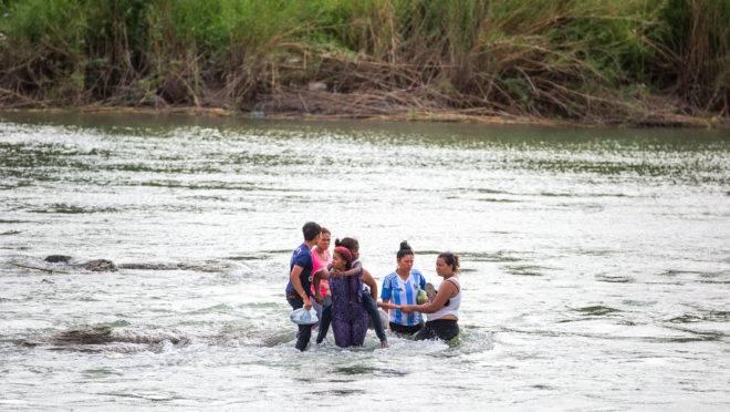 Um grupo de migrantes centro-americanos tenta cruzar o Rio Grande para chegar em Eagle Pass, Texas, 24 de maio