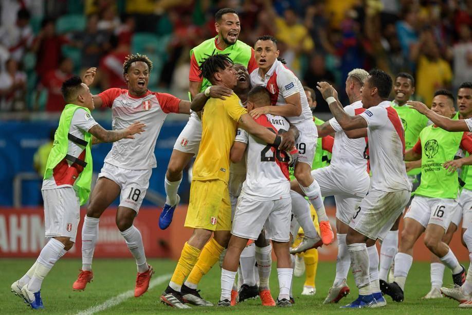 Peruanos comemoram a classificação à semifinal da Copa América. Foto: Juan Mabromata / AFP