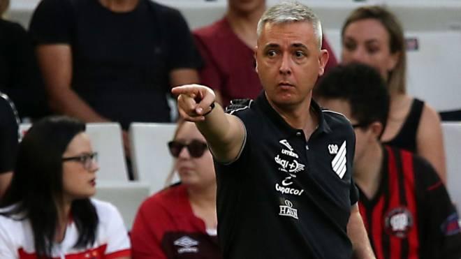 Tiago Nunes espera que a turbulência passe até a volta da disputa do Brasileirão.