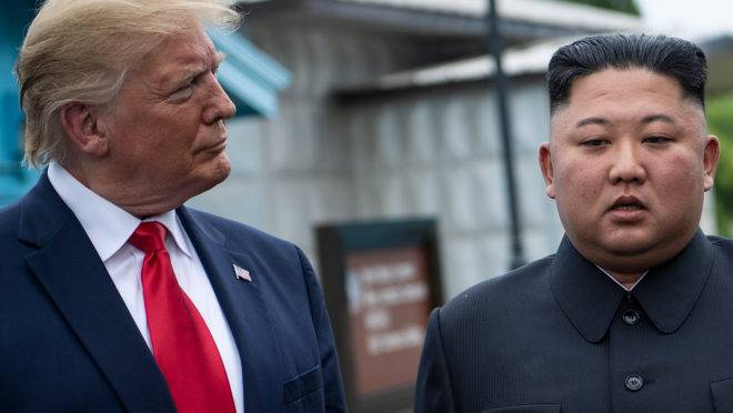 O presidente dos EUA, Donald Trump, e o líder da Coreia do Norte, Kim Jong-un, falam antes de uma reunião na Zona Desmilitarizada (DMZ) em 30 de junho de 2019, em Panmunjom.