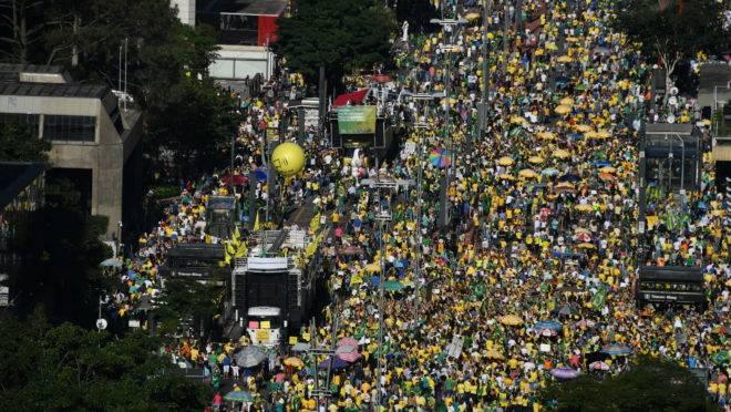 Milhares de pessoas participam de ato que percorre a Avenida Paulista, em São Paulo, neste domingo (30)