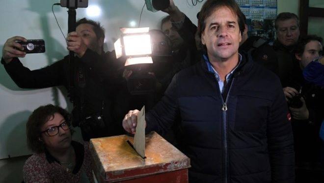 Pré-candidato à presidência do Uruguai Luis Lacalle Pou vota durante eleições primárias em Canelones, 30 de junho