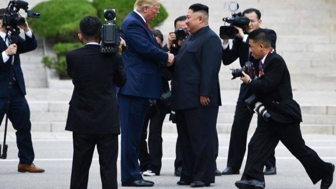 O presidente dos EUA, Donald Trump, cumprimenta o ditador da Coreia do Norte, Kim Jong-un, na zona desmilitarizada na fronteira entre as Coreias, 30 de junho