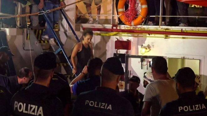 Imagem capturada de um vídeo divulgado em 29 de junho mostra a capitã do navio alemão de resgate Sea-Watch 3, Carola Rackete, sendo presa pela polícia italiana, no porto de Lampedusa, Itália, 28 de junho