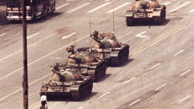 Anônimo diante dos tanques, Praça da Paz Celestial, China