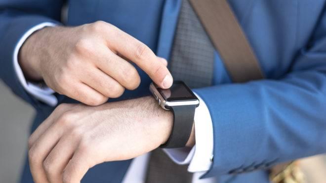 Executivo usando um relógio inteligente.