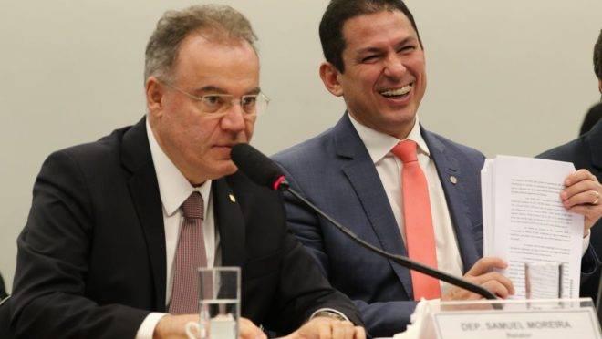 O relator da reforma da Previdência na Comissão Especial da Câmara dos Deputados, Samuel Moreira (à dir.), apresenta seu parecer final sobre o projeto na comissão.