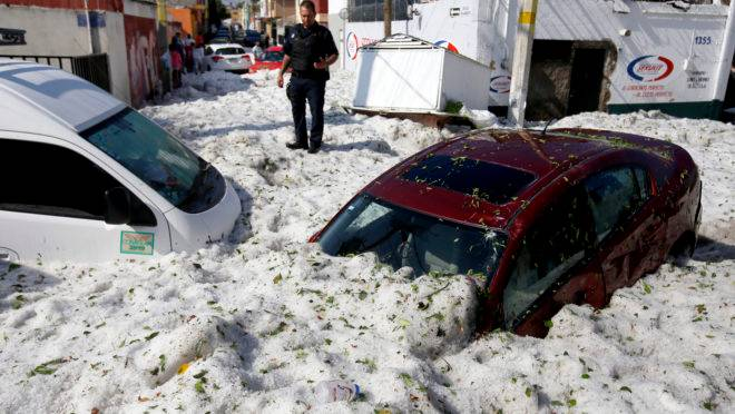 veículos enterrados em granizo na zona leste de Guadalajara