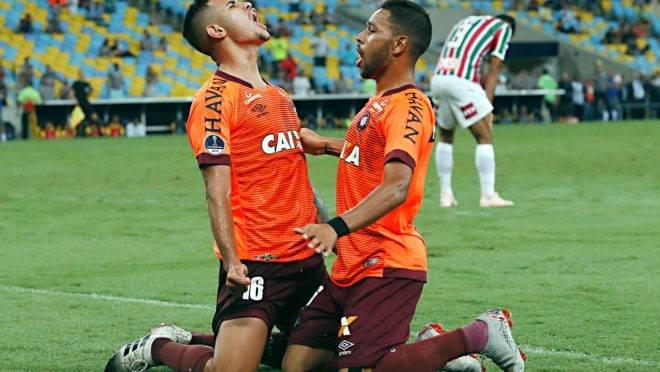 Bruno Guimarães e Renan Lodi, do Athletico.