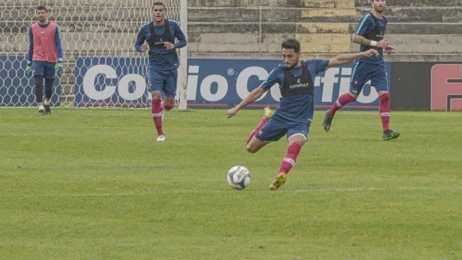 Meia Carrizo, do Cerro, chuta do meio de campo e encobre o goleiro do Paraná Clube