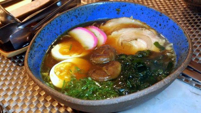 Shoyu lamen – Massa de lamen caseira, ovo, copa lombo, wakame, kamaboko, shiitake, nori e cebolinha, servido com caldo de shoyu. Prato do cardápio de inverno do Hai Yo.