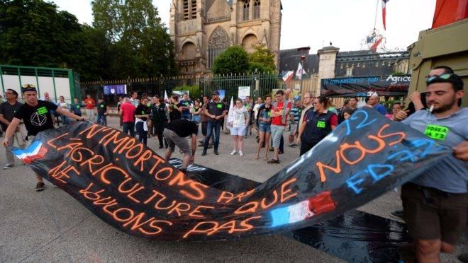 """Le Mans: agricultores carregam faixa dizendo """"Não vamos importar uma agricultura que não queremos"""""""