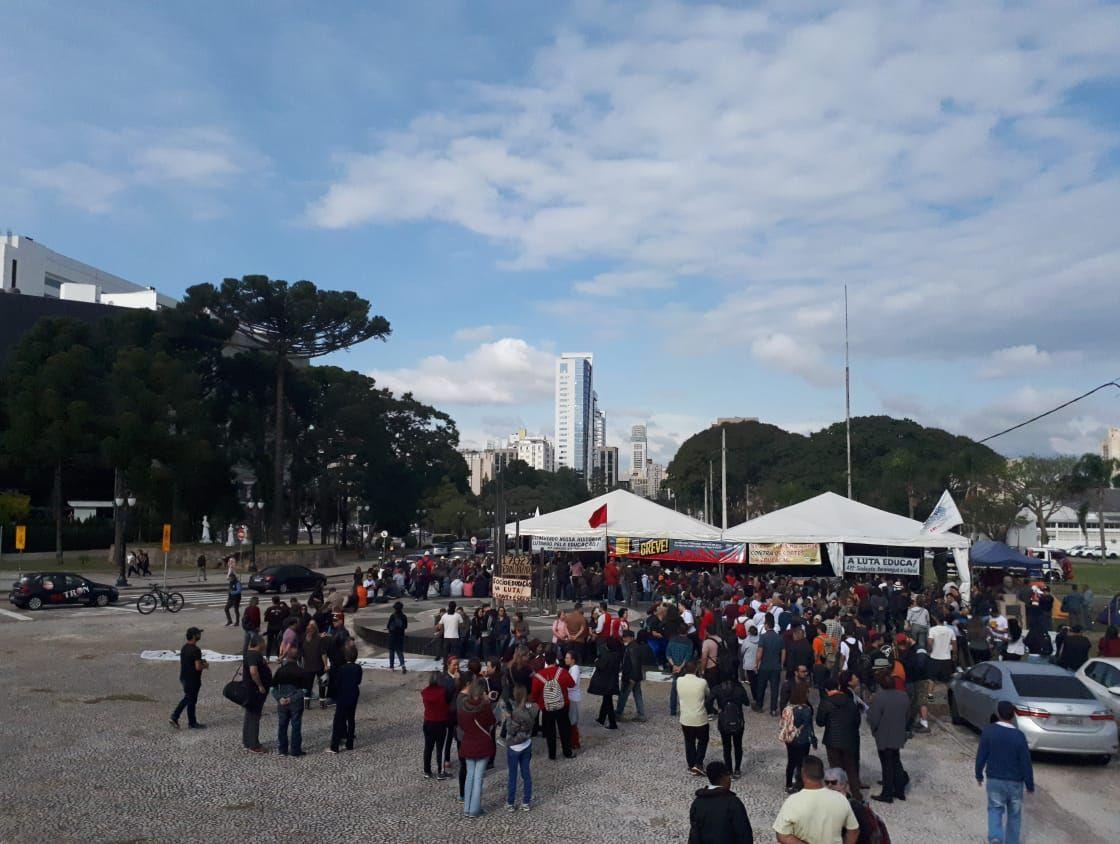 Servidores estaduais em protesto em frente ao Palácio Iguaçu