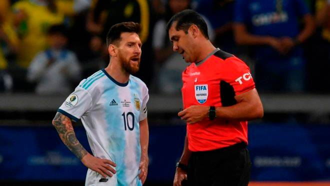 Messi conversa com o árbitro Roddy Zambrano, do jogo entre Brasil e Argentina.