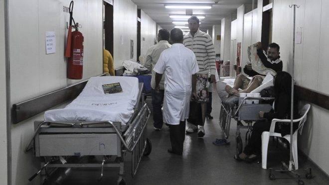 Leito no corredor de hospital.