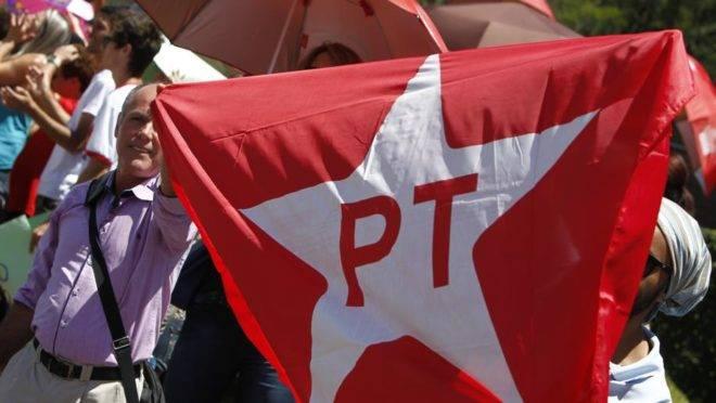 Manifestante segura bandeira do PT em Curitiba. Foto: Antônio More/Gazeta do Povo