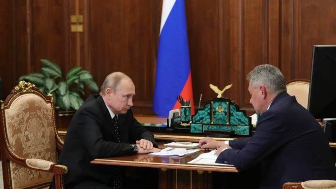 Presidente russo, Vladimir Putin, e o ministro da Defesa, Sergei Shoigu, conversam sobre o acidente em um submersível