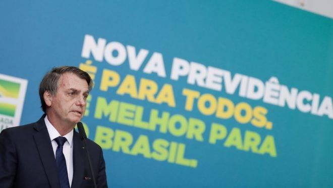 Presidente Jair Bolsonaro à frente de painel com a frase: Nova Previdência é para todos. É melhor para o Brasil