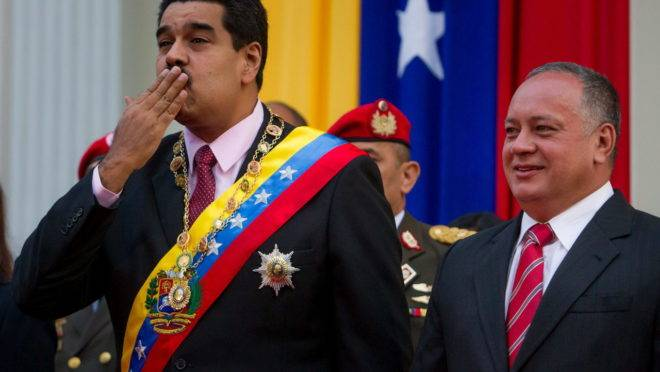 Nicolás Maduro, acompanhado pelo presidente da Assembleia Nacional Constituinte, Diosdado Cabello
