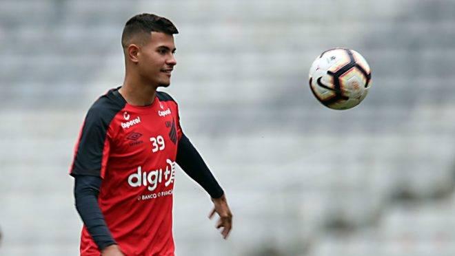 Clube chinês se dispôs a pagar multa para contar com Bruno Guimarães, do Athletico