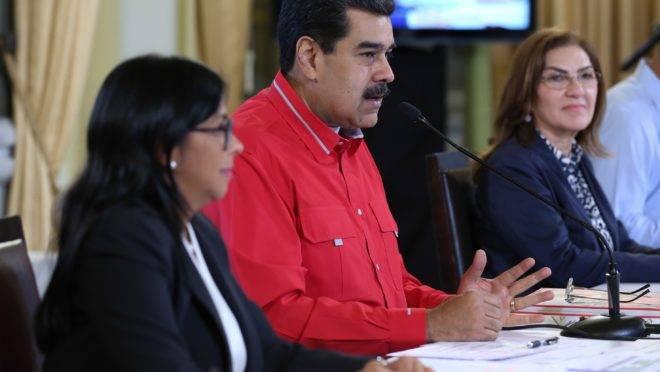 Nicolás Maduro, acompanhado pela vice-presidente do regime, Delcy Rodriguez