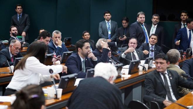 Sessão de votação da reforma da Previdência na comissão especial: após aprovação do texto-base, maioria dos deputados aprovou alívio a produtores rurais.