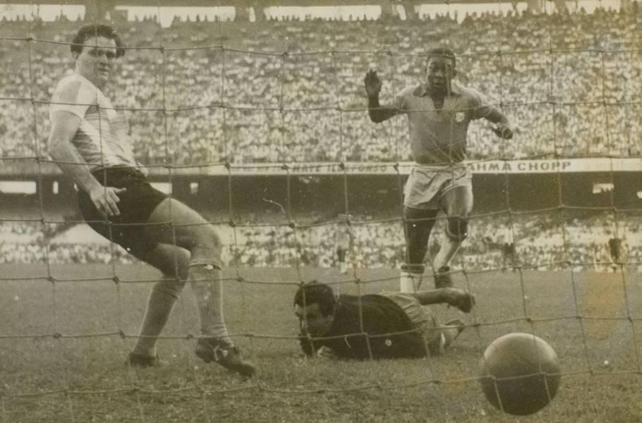 Pelé, aos 16 anos, marca em sua estreia, mas não evita derrota do Brasil no Maracanã