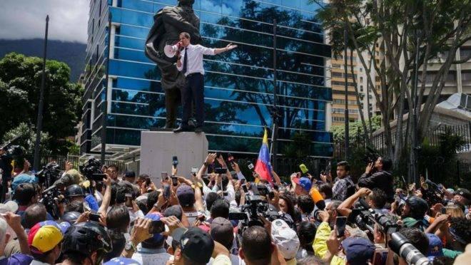 O presidente interino da Venezuela, Juan Guaidó, discursa durante marcha em protesto contra o regime de Maduro no dia da Independência do país, 5 de julho