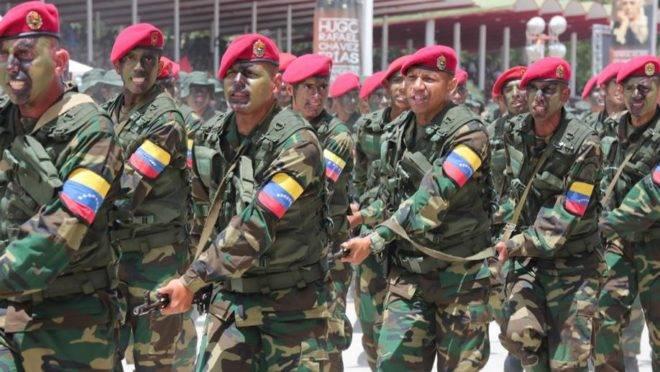 Soldados do exército da Venezuela marcham diante de Nicolás Maduro durante desfile militar em Caracas no dia da independência, 5 de julho