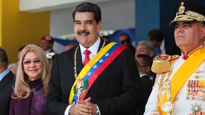 O ditador da Venezuela, Nicolás Maduro, com sua esposa, Cilia Flores, e o ministro da Defesa, Vladimir Padrino, durante desfile militar em Caracas, no dia da Independência, 5 de julho