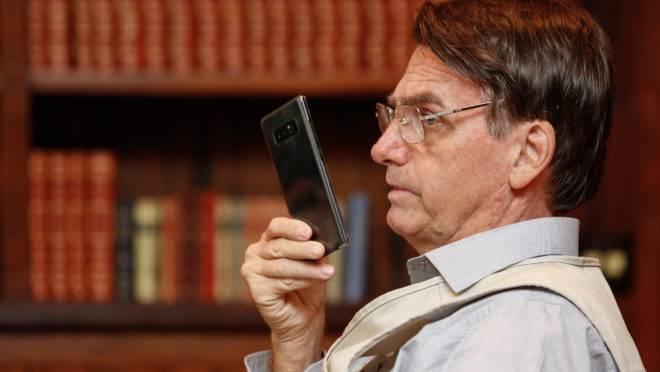 Twitter de Bolsonaro: presidente ao celular