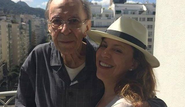 O músico João Gilberto e sua filha Bebel Gilberto em 2015