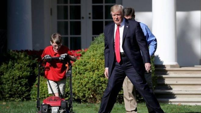 A imagem, de setembro de 2017, mostra quando um menino de 11 anos se ofereceu para cortar a grama na Casa Branca.