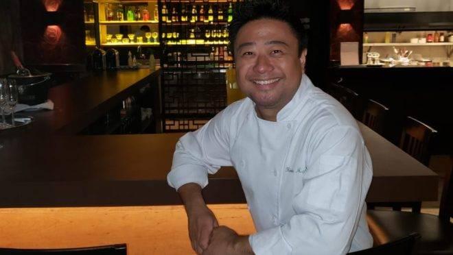 Chef Flávio Miyamura ensina a cozinhar na wok e depois serve os pratos. No outro dia lança seu Banquete Asiático.