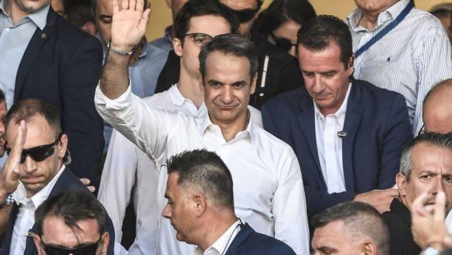 A imagem mostra o líder do partido conservador Nova Democracia, Kyriakos Mitsotakis, após votar em Atenas, neste domingo (7).