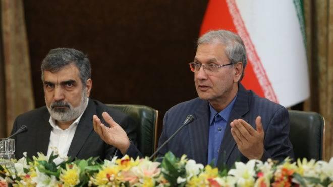 Porta-voz da Organização de Energia Atômica do Irã, Behrouz Kamalvandi, e o porta-voz do governo, Ali Rabiei