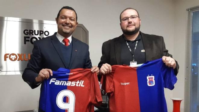 Vice-presidente do Paraná Clube, Jamil Thomaz (esquerda), assina contrato com o representante da Foxlux, Eloir Pereira Padilha Júnior.