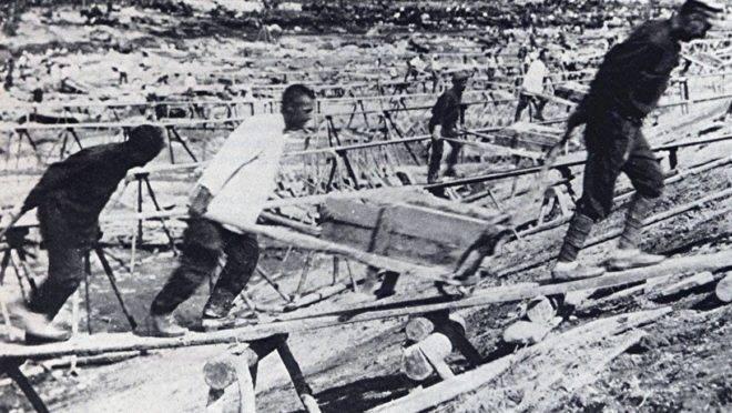 Trabalho forçado para a construção de um canal entre os mares Branco e Báltico, usando prisioneiros dos gulags. (Foto: Reprodução)