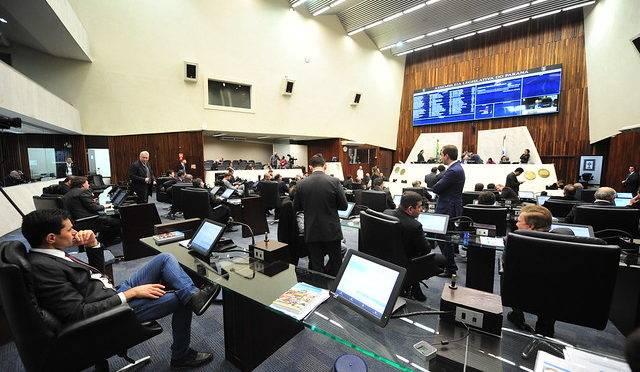 Sessão plenária da Assembleia Legislativa do Paraná, nesta segunda-feira (8)