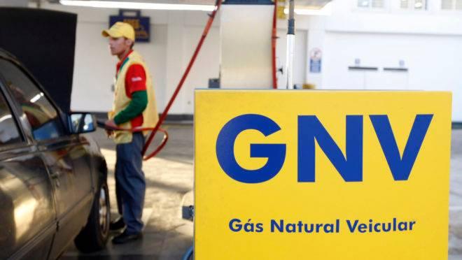 Carro abastece com gás natural
