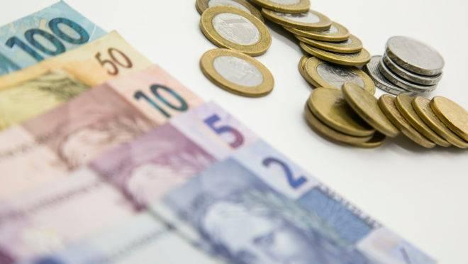 Notas e moedas de reais. Foto: Marcelo Andrade/Gazeta do Povo