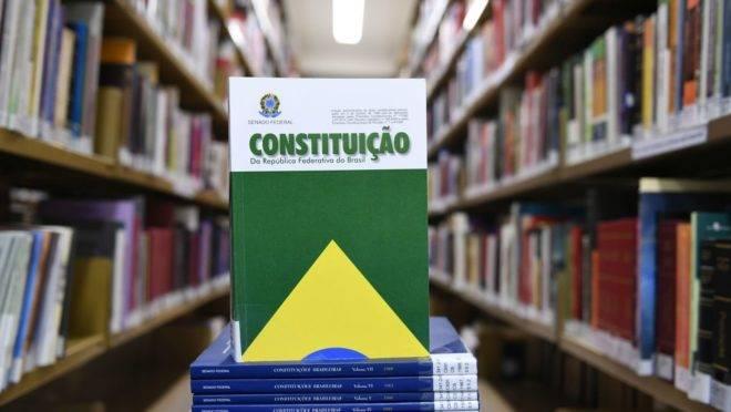 A Gazeta do Povo perguntou aos parlamentares se eles são a favor ou contra a criação de uma nova  Constituição.