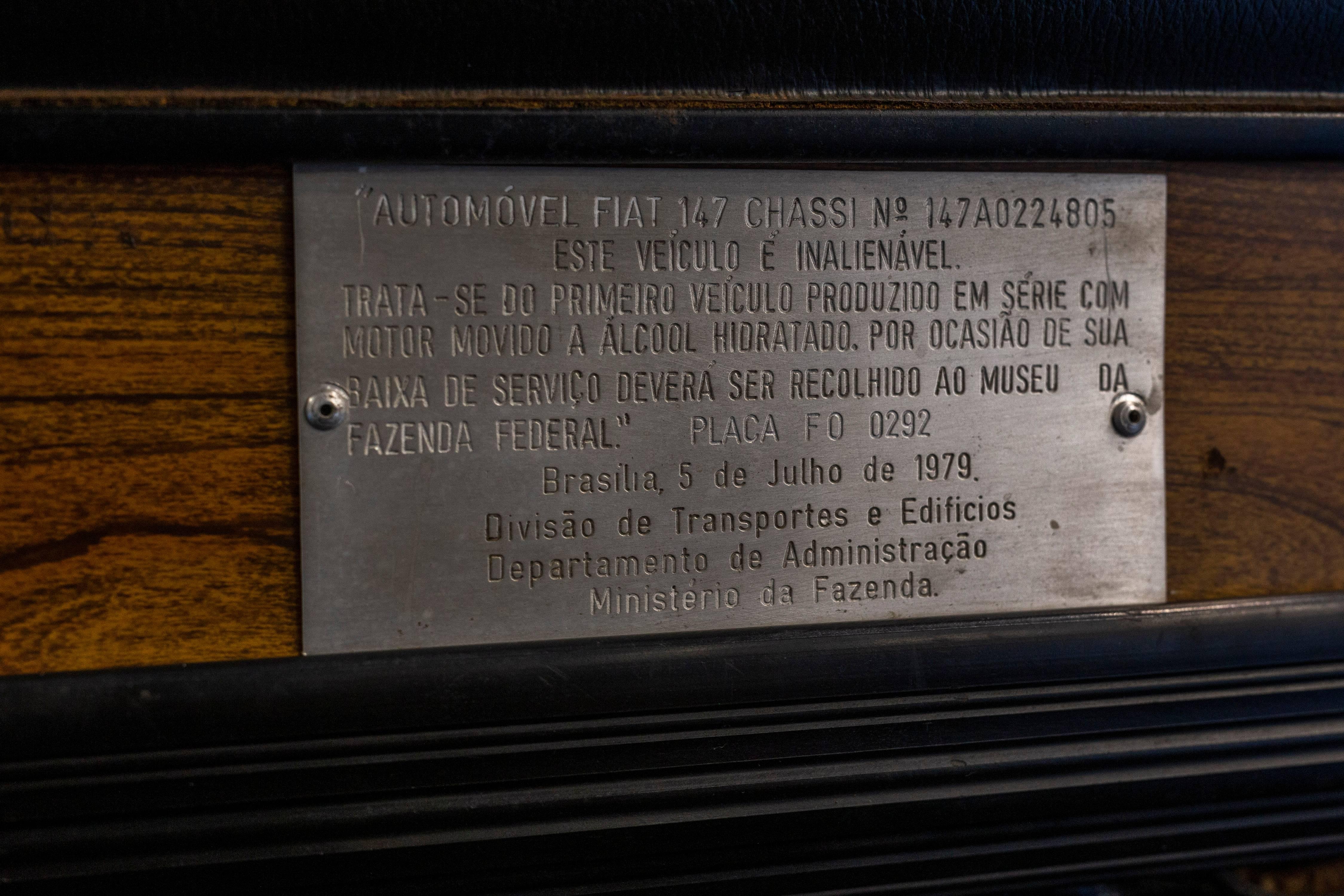 Plaqueta em alumínio fixada no painel do primeiro Fiat 147 a álcool, que foi vendido ao Ministério da Fazenda, em Brasília. Foto: FCA/ Leo Lara/Studio Cerri
