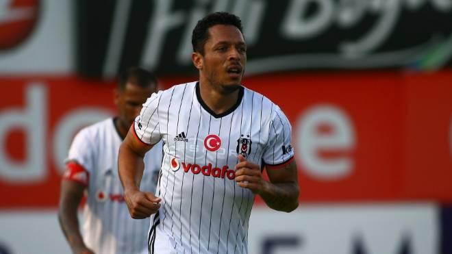 Adriano está sem clube desde que deixou o Besiktas, da Turquia