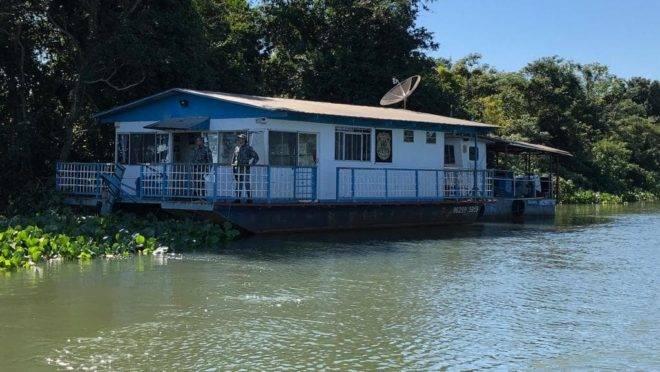 Chalana é usada em combate a contrabando no Rio Paraná