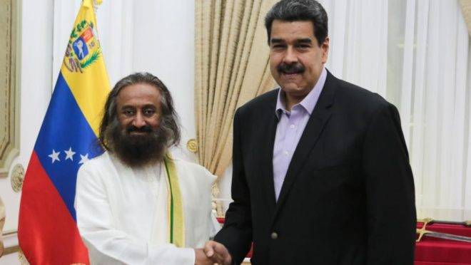 O ditador da Venezuela Nicolás Maduro (à direita) cumprimenta o guru indiano Sri Sri Ravi Shankar no Palácio de Miraflores, em Caracas. Maduro disse que convidou o guru para que ele ajude a resolver a crise da Venezuela